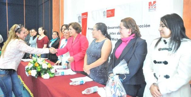 La secretaria de la Mujer, Consuelo Muro, indicó que de acuerdo a datos del INEGI, en Michoacán 25 de cada 100 hogares, son dirigidos por una mujer