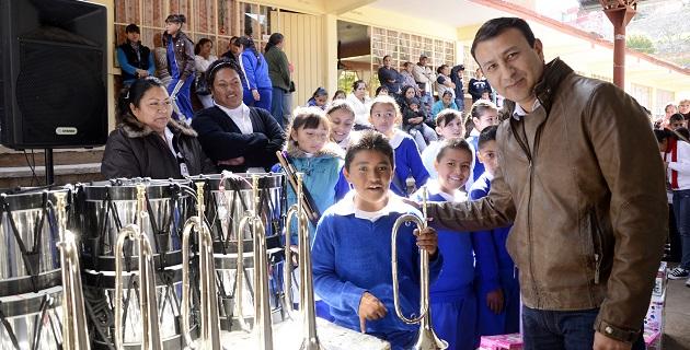 Por segunda vez, Bolaños Carmona entregó el equipo completo para una banda de guerra; expuso que parte de su plan de trabajo es fortalecer en las futuras generaciones los valores cívicos