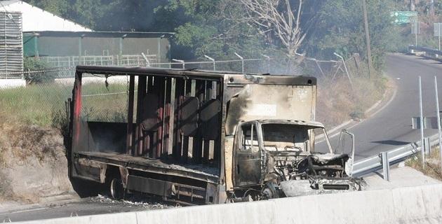 Dos camiones, uno de Coca-Cola y uno de Corona, así como una camioneta de Sabritas, fueron quemados por sujetos que se cubrían el rostro con playeras y les lanzaron bombas molotov para después darse a la fuga
