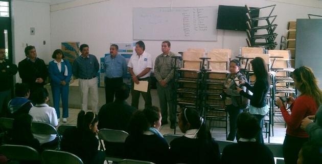 Durante 2013 Molina Vélez entregó 27 pintarrones, 135 butacas, 10 computadoras y 12 paquetes de material deportivo, en 10 escuelas del municipio