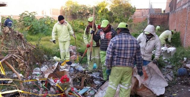 En la calle Estroncio, de la colonia Industrial, una brigada de 15 trabajadores de la dependencia acudió a un extenso lote baldío que acumulaba aproximadamente 3 toneladas de residuos sólidos