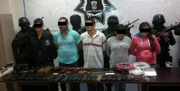 Las cinco personas detenidas fueron llevadas a la barandilla para su certificación médica, y posteriormente presentadas ante el Ministerio Público Federal, junto con las armas, cartuchos, cargadores y droga asegurada