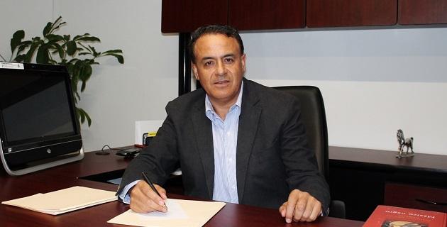 El autor, Pascual Sigala Páez, ha sido diputado federal y ha ocupado diversos cargos partidistas y en la función pública; actualmente es el coordinador estatal del Foro Nuevo Sol