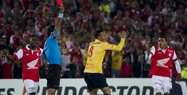 Desde inicio atento al reloj y tenso porque llegó a Colombia con una mínima ventaja, el Morelia se descompuso por una expulsión rigorista a Aldo Leao, quien equilibraba el medio campo