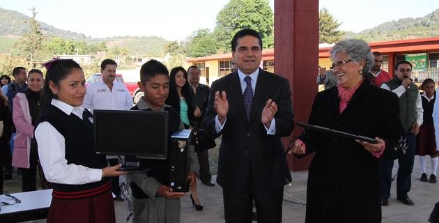 Entre otros apoyos, Aureoles Conejo entregó los sanitarios que gestionó para la Secundaria Valle Verde, en beneficio de 700 alumnos