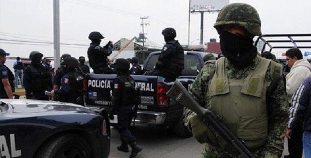 A los detenidos se les aseguraron tres vehículos con reporte de robo, seis armas largas, 5 armas cortas además de equipo táctico y de comunicación
