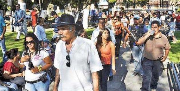 A través de las redes sociales se lanzó la convocatoria para que los habitantes acudieran a las plazas principales a apoyar al movimiento de autodefensas y denunciar a personas ligadas con hechos delictivos