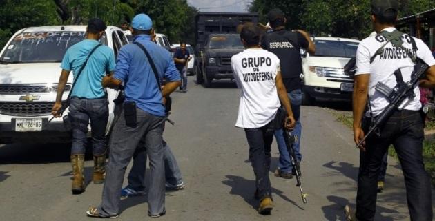 Integrantes de los grupos de autodefensa desarmaron y retuvieron a tres agentes de la Policía Municipal de Tingambato tras acusarlos de apoyar a los delincuentes, aunque horas más tarde los liberaron