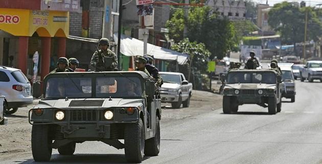 De acuerdo con las propias autodefensas, no se dejará salir, ni ingresar en vehículos a ninguna persona, motivo por el cual han intensificado la vigilancia en las barricadas, que más tarde serán nutridas de guardias civiles armadas