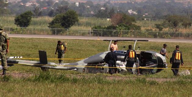 El helicóptero matricula AHMT de la SEMAR, al levantarse después de reabastecerse de combustible tocó con una aspa un poste, averiándose y bajando de emergencia sin que hubiera lesionados