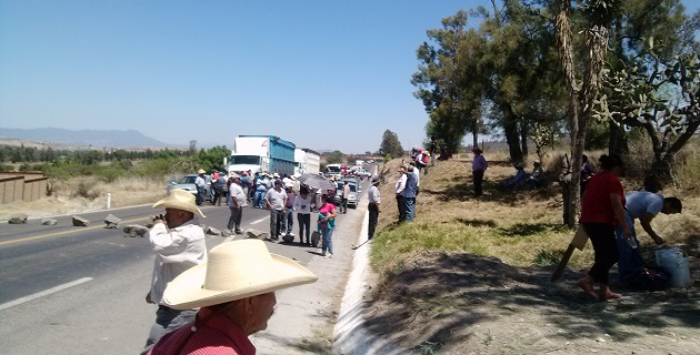 Miembros del Movimiento Antorchista mantienen tomadas las instalaciones del Ayuntamiento de Charo desde hace 8 semanas