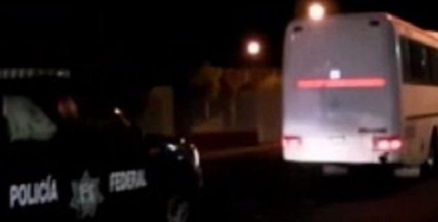 Desde Lázaro Cárdenas, llegaron decenas de camionetas, dos vehículos blindados conocidos como rinocerontes de la Policía Federal, y un autobús donde trasladaron a los supuestos autodefensas