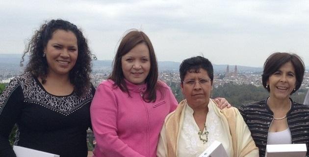 María Guadalupe Chávez Mejía, docente de preescolar desde hace 31 años y fundadora de centros educativos en Panindícuaro y Copándaro, fue reconocida por González Martínez