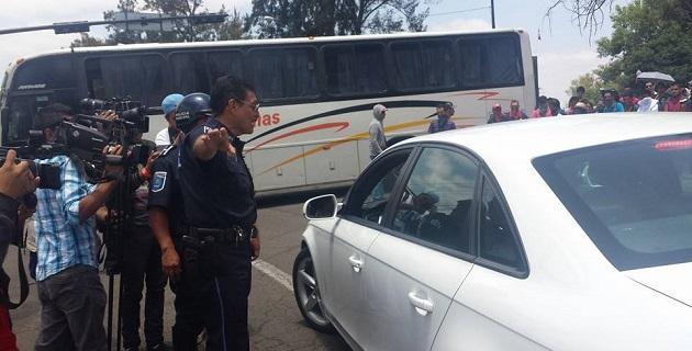 Este jueves, más de 200 estudiantes realizaron bloqueos en las avenidas Camelinas y Enrique Ramírez, así como en el Centro Histórico, además, hurtaron tres camiones repartidores de diferentes empresas