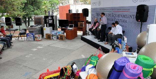 El Director de Prestaciones, Florentino Castro López, entregó el equipo y supervisó además las obras de ampliación de la Clínica Hospital de Zitácuaro
