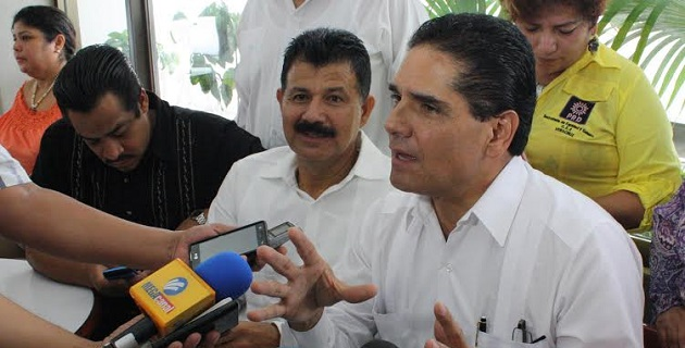 """""""Necesitamos que haya claridad sobre el uso y aprovechamiento de la renta petrolera, porque hoy la disputa central es quién se queda con este importante recurso"""", señaló Aureoles Conejo en Veracruz"""