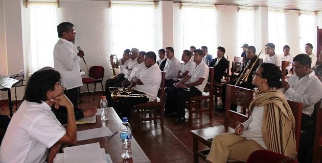 En el marco del primer concierto, el rector de la UIIM, José Juan Ignacio Cárdenas, felicitó a los músicos por la entrega, constancia y compromiso para revitalizar la música p´urhépecha