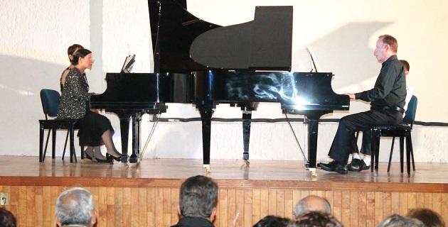 Los pianistas iniciaron con suaves notas la Sonata K448 en Re Mayor de Wolfgang Amadeus Mozart