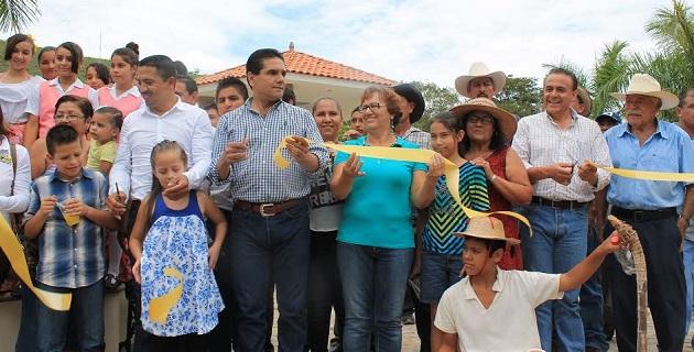 Durante su recorrido por el municipio de Chinicuila, Aureoles Conejo entregó una Plaza-Jardín; una Casa de la Cultura y una cancha de usos múltiples