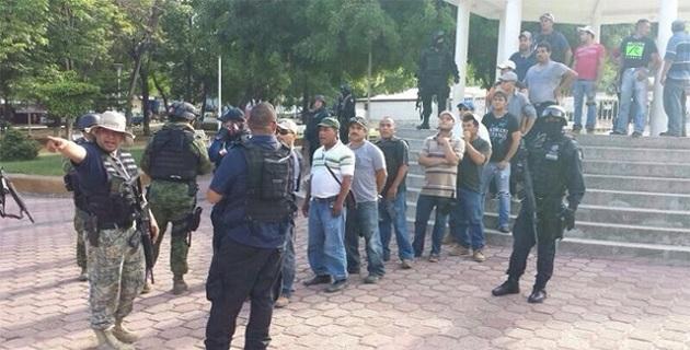 Los detenidos, armas y vehículos asegurados, serán presentados ante la representación social correspondiente, misma que habrá de resolver su situación jurídica
