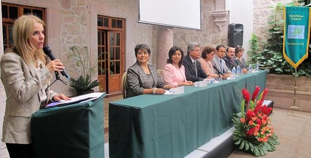María de los Ángeles Llanderal fue galardonada durante el vigésimo aniversario de la agrupación Michoacana de Abogadas A.C.
