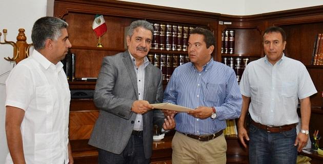 Jaime Darío Oseguera agradeció el esfuerzo y la entrega mostrada por quienes ahora dejan sus puestos y conminó a los nuevos funcionarios a dar lo mejor de sí mismos en beneficio de los michoacanos