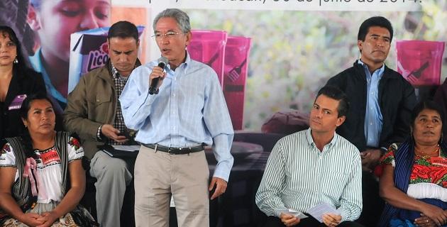 Durante la gira de trabajo por el municipio de Uruapan, acompañaron a los mandatarios federal y estatal, el secretario de Gobernación, Miguel Ángel Osorio Chong, y el presidente municipal de Uruapan, Aldo Macías Alejandres