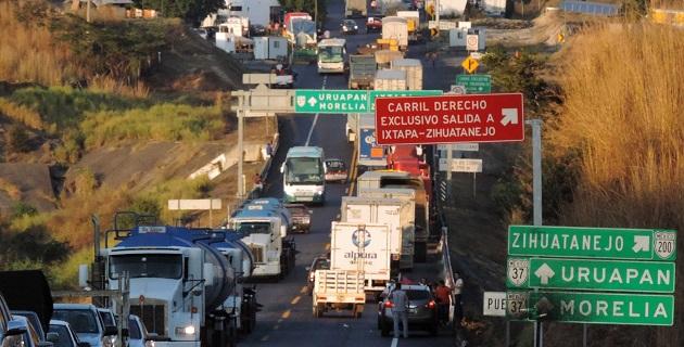 Los bloqueos fueron en protesta por un operativo del Ejército Mexicano en la comunidad de Cheranguerán, donde soldados intentaron retirar una barricada de autodefensas