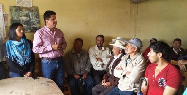 Acompañado por su suplente, Aracely Saucedo, y su equipo de trabajo, García Conejo departió con la gente de Santa María Huiramangaro y agradeció las muestras de afecto con las que fue recibido