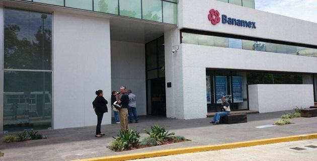 La tarde de este martes una mujer fue asaltada por dos sujetos a las afueras de una sucursal bancaria en Plaza las Américas de Morelia (FOTO: 90 GRADOS).