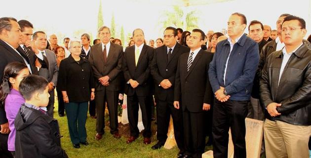Para el dirigente estatal del sol azteca, Carlos Torres Piña, sorprende la irresponsabilidad del gobierno estatal al no realizar un acto luctuoso oficial, a pesar de existir un decreto gubernamental