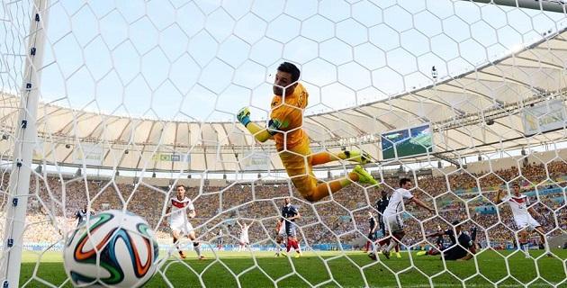 Benzema, un artista y guerrero con el balón, se encargó de crear una dura e insistente ofensiva que por momentos replegó al plantel alemán
