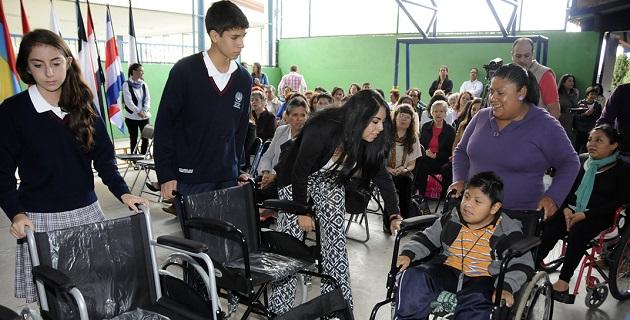 Durante el acto de graduación de alumnos de Secundaria de la generación 2011-2014, se realizó la entrega de los auxiliares que en esta ocasión beneficiaron a dos niños y a una joven
