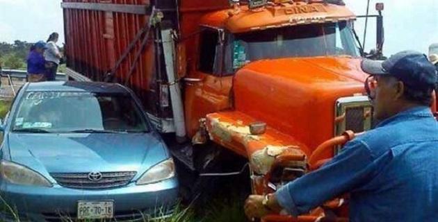 El saldo fue de un maestro con heridas leves y daños en cuatro vehículos y un autobús del sindicato