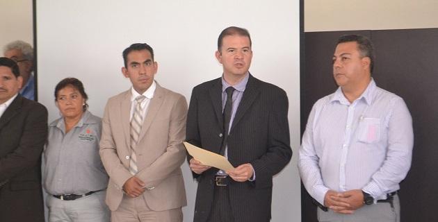 En breve ceremonia, Felipe de Jesús Domínguez Muñoz, subsecretario de Enlace Legislativo y Asuntos Registrales, con la representación del mandatario estatal Salvador Jara, entregó el nombramiento