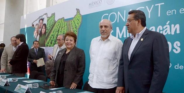 Con la asistencia del director general del Conacyt, Enrique Cabrero Mendoza, el alcalde de la comuna atestiguó la presentación del Programa Especial de Ciencia, Tecnología e Innovación y las acciones para apoyar al sector científico