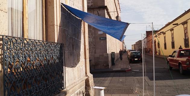 Ayer, cuando se tomaron las fotografías, los checadores optaron por retirar la lona del lugar, pero horas después la volvieron a colocar