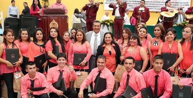 En el evento, los egresados de las carreras técnicas hicieron entrega de un reconocimiento a su padrino Wilfrido Lázaro Medina a quien le agradecieron que haya aceptado la invitación de acompañarlos en este día tan especial