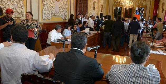 Integrantes de la AUAM, encabezados por José Luis Montañez Espinoza se manifestó durante la sesión de Cabildo celebrada este lunes, para exigir la derogación del decreto correspondiente