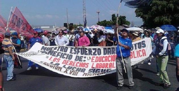 La marcha partió de la Delegación del ISSSTE, hizo una breve parada frente a Casa de Gobierno y posteriormente se dirigió hacia Palacio de Gobierno (FOTO: FERNANDO ARREDONDO).