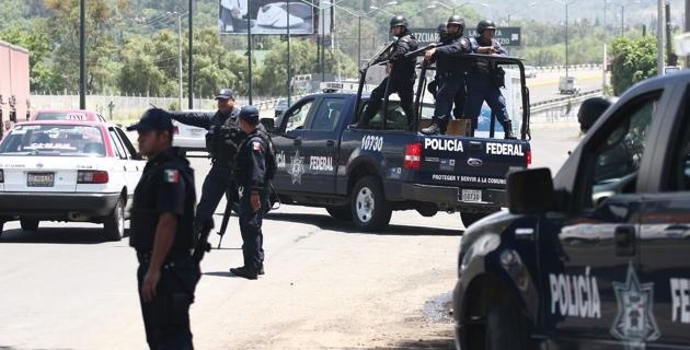 Los policías hasta las 10:00 horas de este martes permanecían retenidos en Seguridad Pública, y mientras un grupo de personas los vigilaban, otros se dirigían al cruce de la carretera que conduce a Tepalcatepec