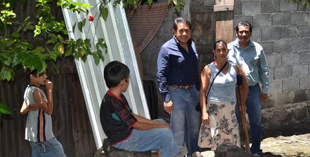 Acompañado por el presidente municipal de Múgica, Casimiro Quezada Casillas, regidores y personal del Ayuntamiento, el legislador entregó 100 paquetes de 10 láminas galvanizadas cada uno, en beneficio de igual número de familias
