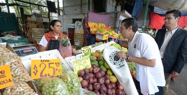El titular de la Secretaria de Fomento Económico de Morelia, Luis Navarro García, encabezó esta mañana la visita al tianguis, que también pertenece al programa Programa de lucha contra la carestía