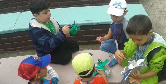 Con actividades lúdicas, se creó conciencia sobre el cuidado del medio ambiente, con la construcción de un avión con botellas de plástico, un barco con cajas de tetra pak y una cartera con bolsas de frituras
