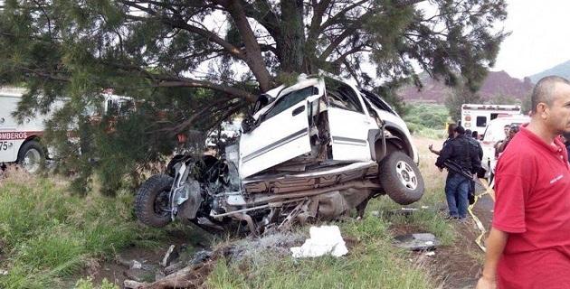Por motivos hasta el momento desconocidos, la unidad se salió de la carretera y volcó, impactando contra un árbol que detuvo su recorrido (FOTO: 90 GRADOS)