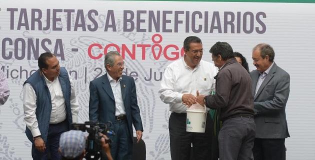 """La entrega de los beneficios sociales, refirió Lázaro Medina, forma parte del Plan que el presidente de México tiene para Michoacán, """"todos están enfocados al desarrollo de nuestra gente y su alimentación"""""""