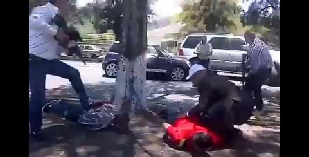 Policías detectaron sobre la Avenida Camelinas, a la altura de la zona financiera, transitaba un vehículo compacto con tres personas a bordo, quienes al percatarse de la presencia de los agentes  intentaron acelerar la marcha