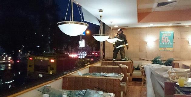 De acuerdo con otros reportes, en el Libramiento Sur, a la altura de Balcones de Morelia cayó un espectacular, que provocó que toda la zona se quedara sin energía eléctrica por varios minutos