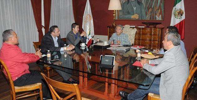 Los alcaldes Aldo Macías Alejandres, de Uruapan; Carlos Alberto Paredes Correa, de Tuxpan y Hugo Anaya Ávila, de La Piedad, plantearon sus inquietudes al gobernador en torno a los rubros de trabajo conjunto y obra convenida