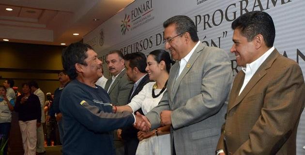 Entre los beneficiarios que recibieron simbólicamente los incentivos económicos, se encontraba el moreliano José Antonio González Tera, quien trabaja la técnica artesanal en maderas